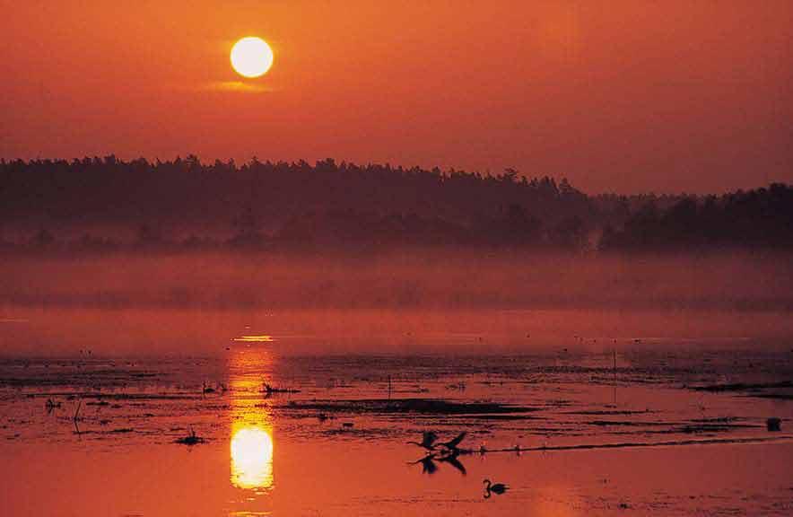 Szlak kajakowy rzeki Krutyni -  wschód słońca na Jeziorze Gardyńskim