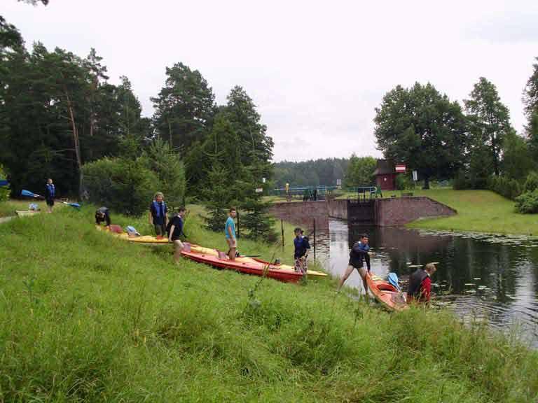 Spływ kajakowy na szlaku rzeki Sapiny - śluza w Przerwankach