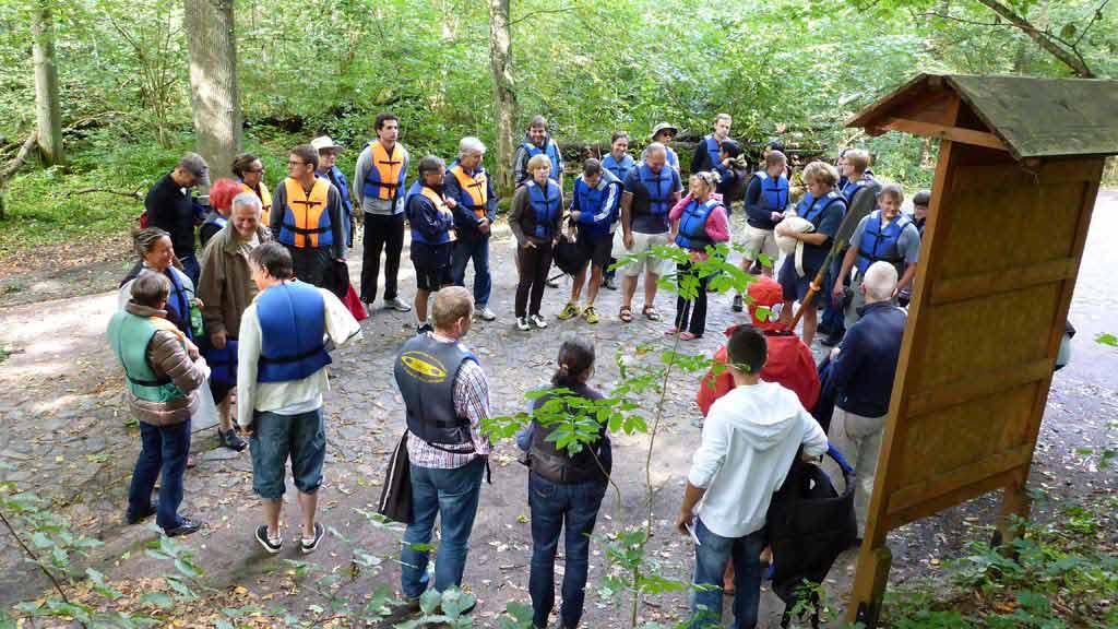 Turystyka Kajakowa Wodniak - szkolenie grupy przed spływem integracyjnym prowadzone przez ratowników
