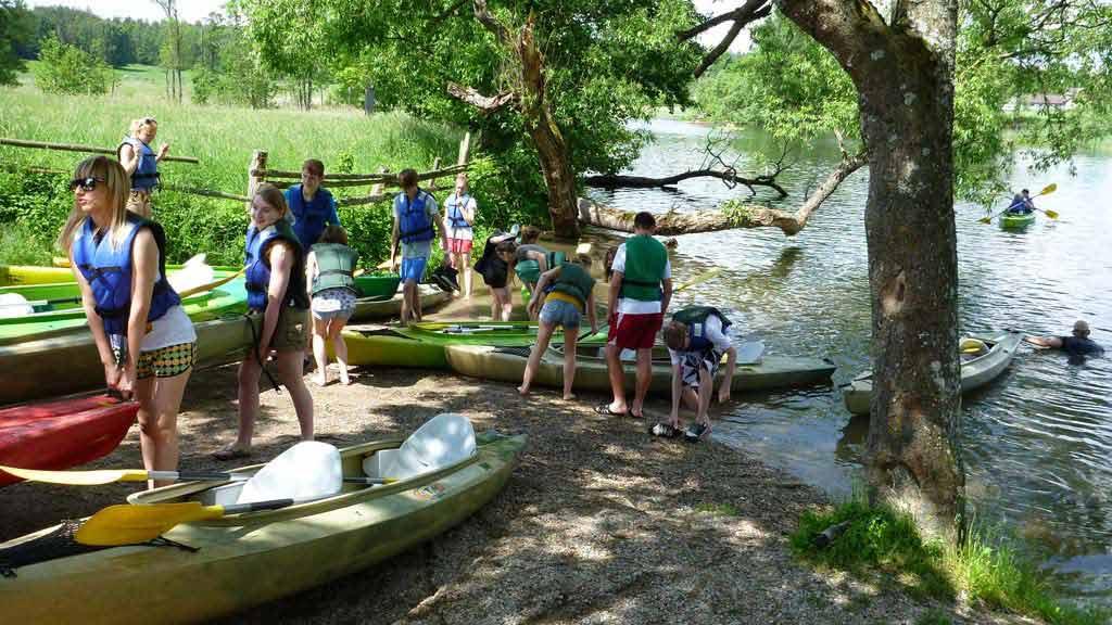 Rzeka Krutynia, spływ dla studentów - przenoska kajaków przy mlynie wodnym