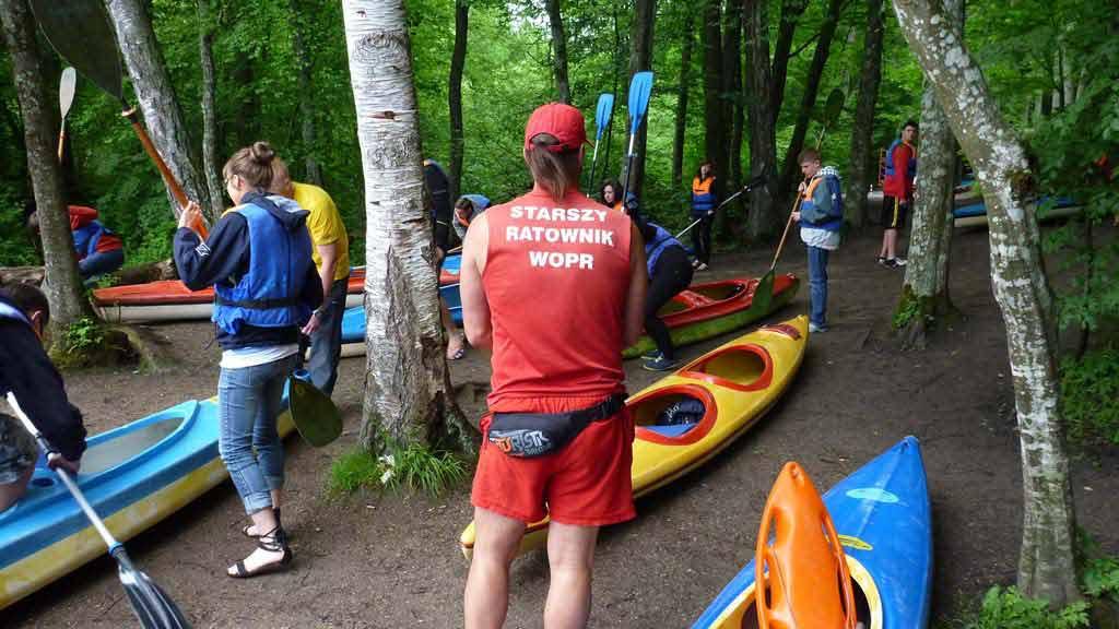Turystyka Kajakowa Wodniak - nadzór ratowników nad końcowymi przygotowaniami grupy szkolnej do spływu kajakowego