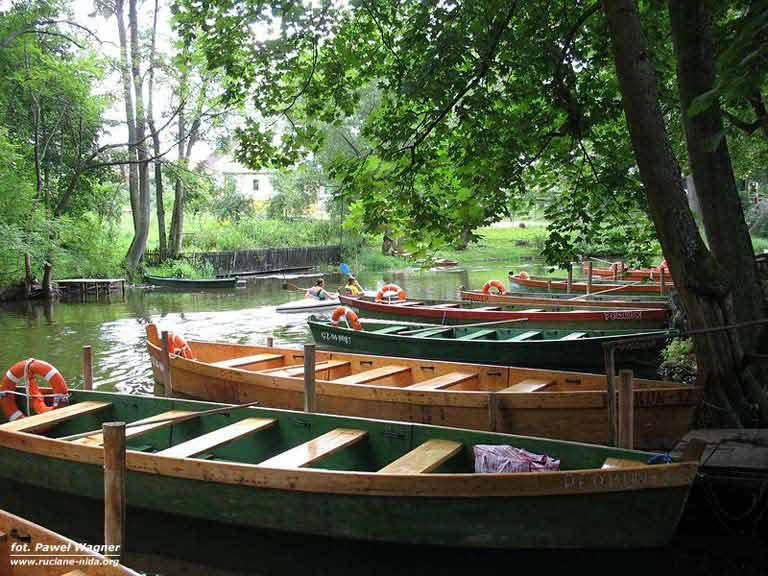Rzeka Krutynia - łodzie na przystani w Krutyni