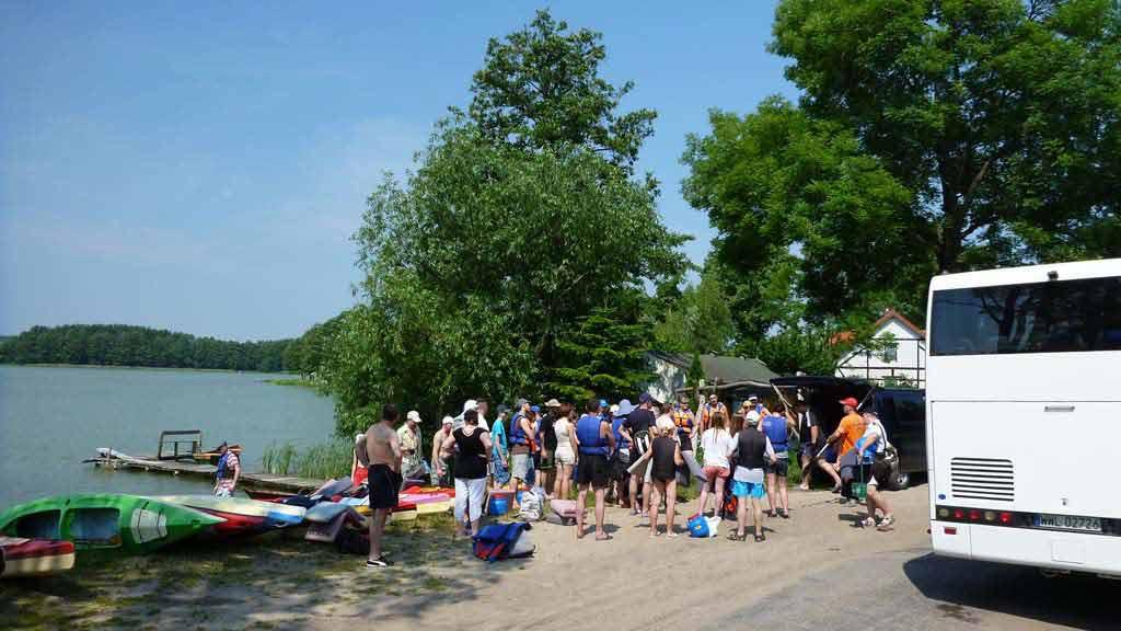 Transport atokarem uczestników na splywie kajakowym - jezioro Dlużec