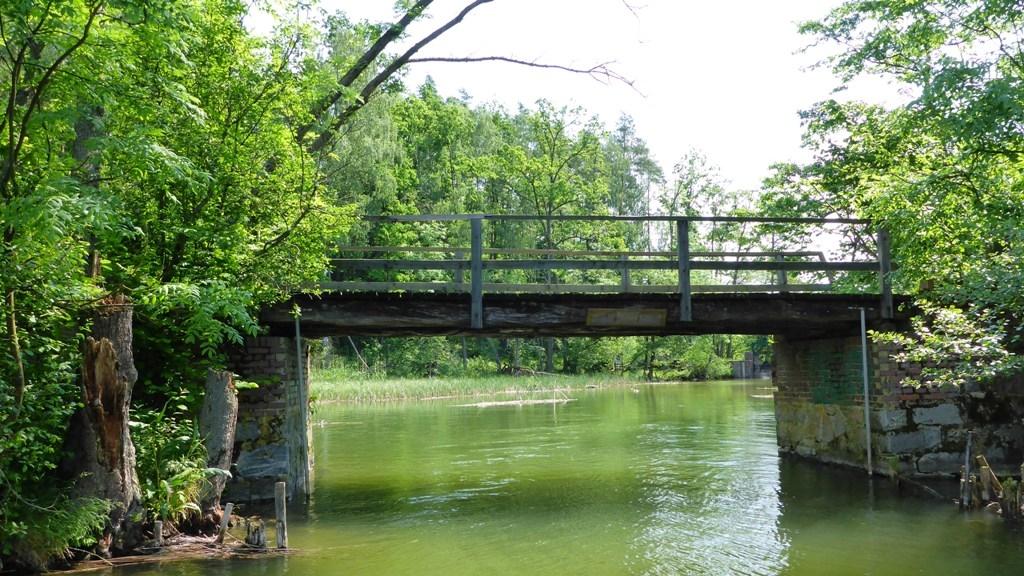 Spływ jednodniowy na trasie z Krutyni do Ukty - most na końcu Jeziora Mokrego chwilę przed śluzą